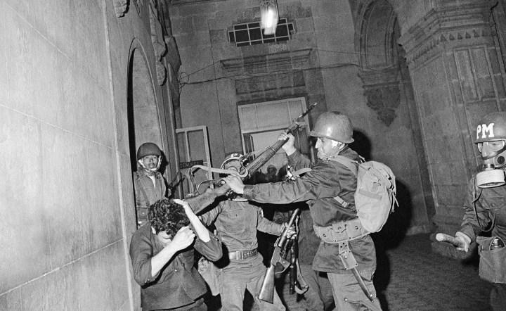 someten-militares-a-estudiante-en-1968-a-golpes-con-un-rifle